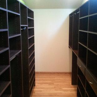 Foto de armario vestidor de hombre, clásico, pequeño, con armarios con paneles con relieve, puertas de armario de madera en tonos medios y suelo de madera clara