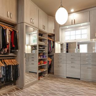 Immagine di una cabina armadio unisex classica con ante lisce, ante grigie, moquette e pavimento beige