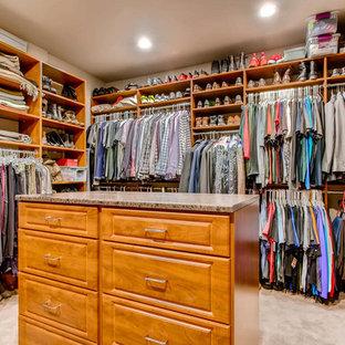 Imagen de armario vestidor unisex, tradicional, grande, con armarios con paneles con relieve, puertas de armario de madera oscura, moqueta y suelo beige