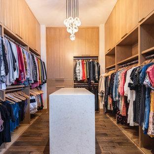Imagen de vestidor de mujer, contemporáneo, grande, con armarios con paneles lisos, puertas de armario de madera clara y suelo de madera en tonos medios