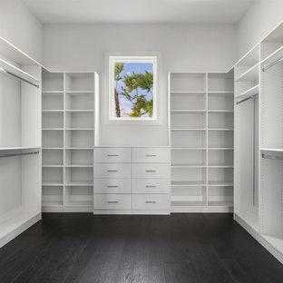 Ispirazione per una grande cabina armadio unisex classica con nessun'anta, ante bianche, parquet scuro e pavimento marrone