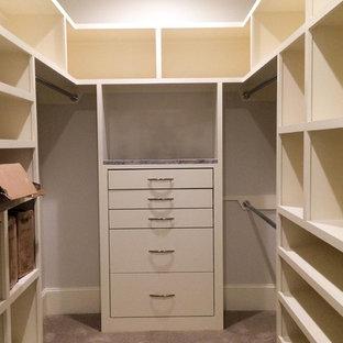 Modelo de armario vestidor unisex, clásico, extra grande, con armarios con paneles lisos, puertas de armario beige, moqueta y suelo gris