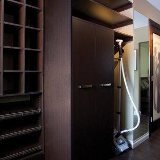 Modelo de armario vestidor de hombre, moderno, de tamaño medio, con armarios abiertos, puertas de armario de madera en tonos medios y suelo de madera oscura