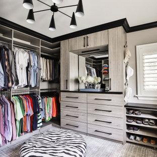 Modelo de armario vestidor de hombre, contemporáneo, con armarios con paneles lisos, puertas de armario grises, moqueta y suelo gris