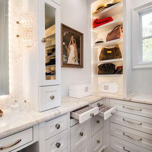 Idéer för ett klassiskt omklädningsrum för kvinnor, med vita skåp, skåp i shakerstil, mörkt trägolv och brunt golv
