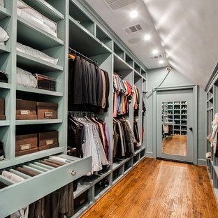 Klassisk inredning av ett mycket stort walk-in-closet för könsneutrala, med mellanmörkt trägolv, öppna hyllor och gröna skåp