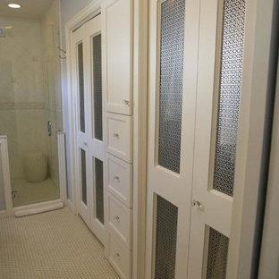 Esempio di un piccolo armadio o armadio a muro unisex country con ante in stile shaker, ante bianche e pavimento con piastrelle in ceramica