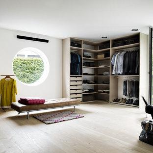 Neutrales, Großes Nordisches Ankleidezimmer mit offenen Schränken, hellen Holzschränken, hellem Holzboden, Ankleidebereich und beigem Boden in Aarhus