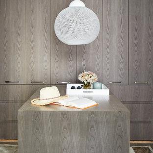 ニューヨークのコンテンポラリースタイルのおしゃれなフィッティングルーム (フラットパネル扉のキャビネット、マルチカラーの床) の写真