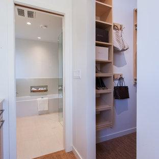 Esempio di una piccola cabina armadio unisex design con nessun'anta, ante in legno chiaro e pavimento in sughero