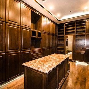 Foto de armario y vestidor mediterráneo, extra grande, con armarios con paneles lisos, puertas de armario de madera en tonos medios y suelo de madera oscura