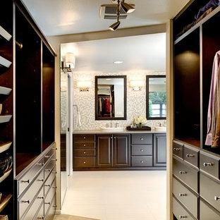 Inredning av ett modernt walk-in-closet