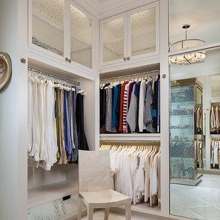 Modelo de armario y vestidor de mujer, clásico renovado, con puertas de armario blancas y suelo blanco