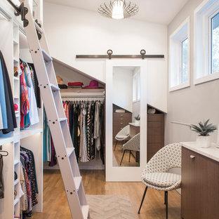 Neutrales Modernes Ankleidezimmer mit Ankleidebereich, flächenbündigen Schrankfronten, dunklen Holzschränken, braunem Holzboden und braunem Boden in Boston