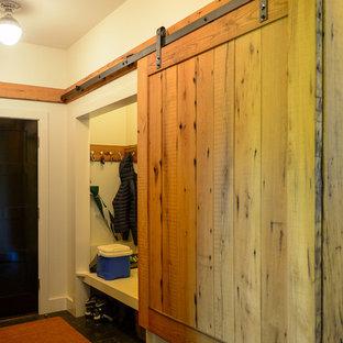 Idéer för ett stort modernt walk-in-closet för könsneutrala, med skåp i ljust trä och skiffergolv