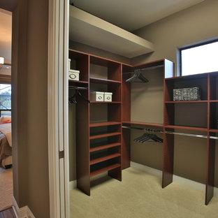 Ejemplo de armario vestidor unisex, ecléctico, con puertas de armario de madera en tonos medios y moqueta