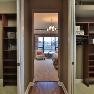 Foto de armario vestidor unisex, ecléctico, con puertas de armario de madera en tonos medios y moqueta