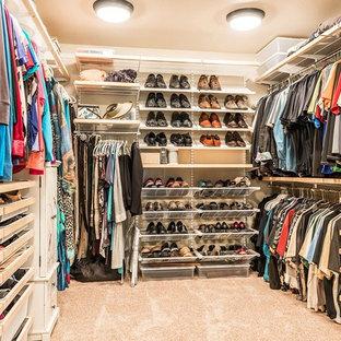 Diseño de armario vestidor unisex, rural, grande, con armarios abiertos, puertas de armario de madera clara, moqueta y suelo beige