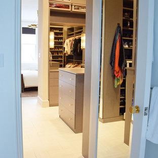 Modelo de armario vestidor unisex, ecléctico, grande, con armarios con paneles lisos, puertas de armario de madera clara y suelo de baldosas de cerámica