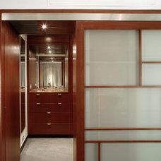 Modern Closet by Resolution: 4 Architecture