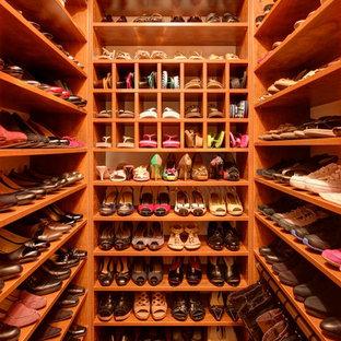 Foto de armario vestidor de mujer, clásico, pequeño, con armarios abiertos, puertas de armario de madera oscura, suelo de madera en tonos medios y suelo marrón