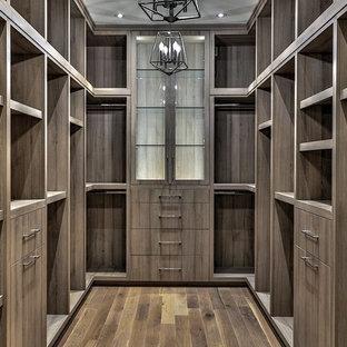 Imagen de armario vestidor unisex, nórdico, grande, con armarios con paneles lisos, puertas de armario de madera en tonos medios, suelo de madera oscura y suelo marrón