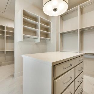 Esempio di una grande cabina armadio unisex minimalista con ante a persiana, ante bianche, pavimento in marmo e pavimento bianco