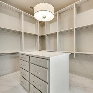 Ispirazione per una grande cabina armadio unisex minimalista con ante a persiana, ante bianche, pavimento in marmo e pavimento bianco