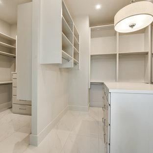 ダラスの大きい男女兼用モダンスタイルのおしゃれなウォークインクローゼット (ルーバー扉のキャビネット、白いキャビネット、大理石の床、白い床) の写真
