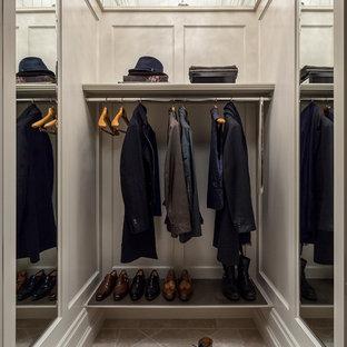 Foto de armario y vestidor de hombre, tradicional, con suelo de travertino