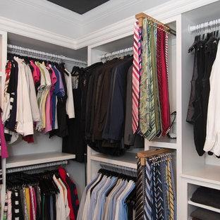 Diseño de armario vestidor unisex, tradicional, grande, con armarios abiertos, puertas de armario blancas y suelo de madera oscura