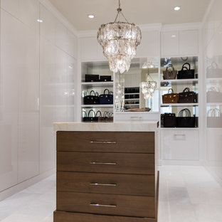 Aménagement d'un grand dressing romantique pour une femme avec un placard à porte plane, un sol en marbre, des portes de placard blanches et un sol blanc.