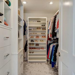 Ispirazione per una cabina armadio per donna di medie dimensioni con moquette e pavimento multicolore