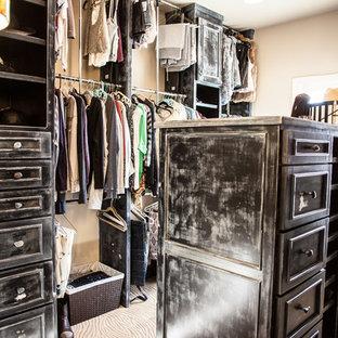 Imagen de armario vestidor unisex, exótico, de tamaño medio, con armarios con paneles con relieve, puertas de armario con efecto envejecido y moqueta