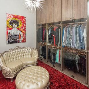 Ejemplo de armario vestidor unisex, actual, extra grande, con armarios tipo vitrina, puertas de armario de madera clara, suelo de madera en tonos medios y suelo marrón
