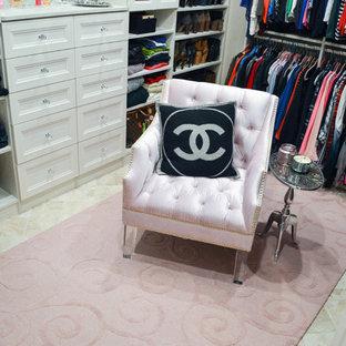 Foto de armario vestidor de mujer, clásico renovado, extra grande, con armarios con paneles empotrados, puertas de armario blancas, suelo de travertino y suelo beige