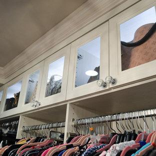 Ejemplo de armario vestidor de mujer, clásico renovado, extra grande, con armarios con paneles empotrados, puertas de armario blancas, suelo de travertino y suelo beige
