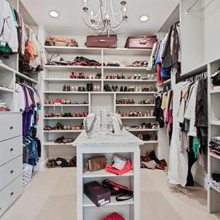 Foto de armario vestidor unisex, tradicional renovado, grande, con armarios abiertos, puertas de armario blancas, moqueta y suelo beige
