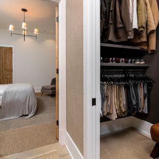 Modelo de armario vestidor de hombre, marinero, de tamaño medio, con armarios abiertos, puertas de armario marrones y moqueta