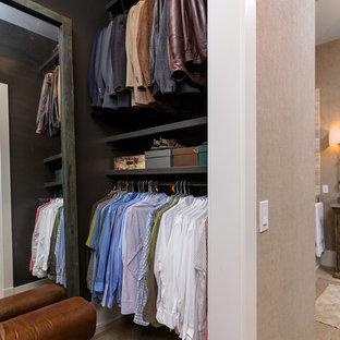 Foto de armario vestidor de hombre, marinero, de tamaño medio, con armarios abiertos, puertas de armario marrones y moqueta
