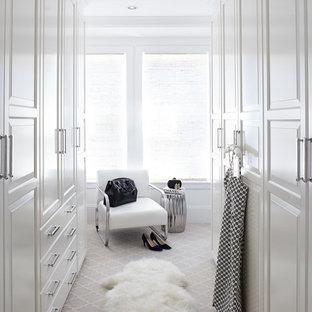 Diseño de armario vestidor de mujer, tradicional renovado, grande, con armarios con paneles con relieve, puertas de armario blancas y moqueta