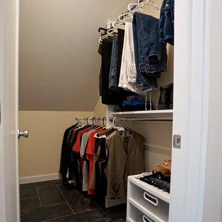 Foto di una piccola cabina armadio per uomo contemporanea con ante bianche, pavimento con piastrelle in ceramica e pavimento multicolore