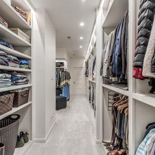 Diseño de armario y vestidor unisex, grande, con puertas de armario blancas, moqueta y suelo blanco