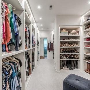 Ejemplo de armario y vestidor unisex, grande, con puertas de armario blancas, moqueta y suelo blanco