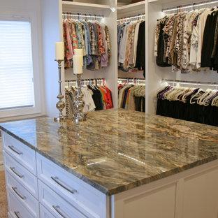 Modelo de vestidor unisex, tradicional renovado, extra grande, con armarios con paneles lisos, puertas de armario blancas, moqueta y suelo beige
