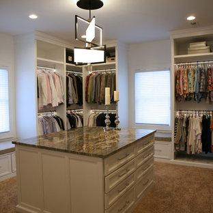 Foto di un ampio spazio per vestirsi unisex minimal con ante lisce, ante bianche, moquette, pavimento beige e soffitto ribassato