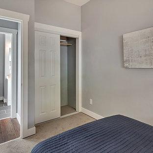 Ejemplo de armario de estilo americano, pequeño, con moqueta y suelo gris