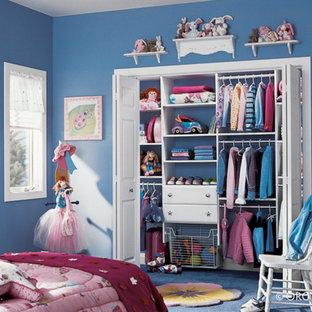 Imagen de armario de mujer, actual, de tamaño medio, con armarios con paneles lisos, puertas de armario blancas, moqueta y suelo azul