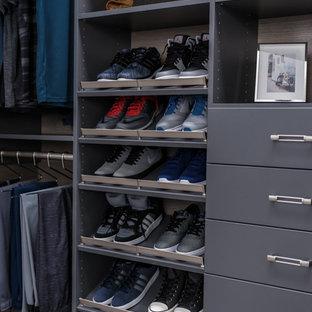 Foto de armario vestidor de hombre, clásico renovado, pequeño, con armarios con paneles lisos, puertas de armario grises, suelo de pizarra y suelo gris