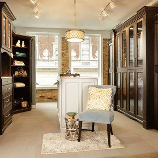 他の地域の広い男女兼用コンテンポラリースタイルのおしゃれなフィッティングルーム (落し込みパネル扉のキャビネット、濃色木目調キャビネット、磁器タイルの床、ベージュの床) の写真